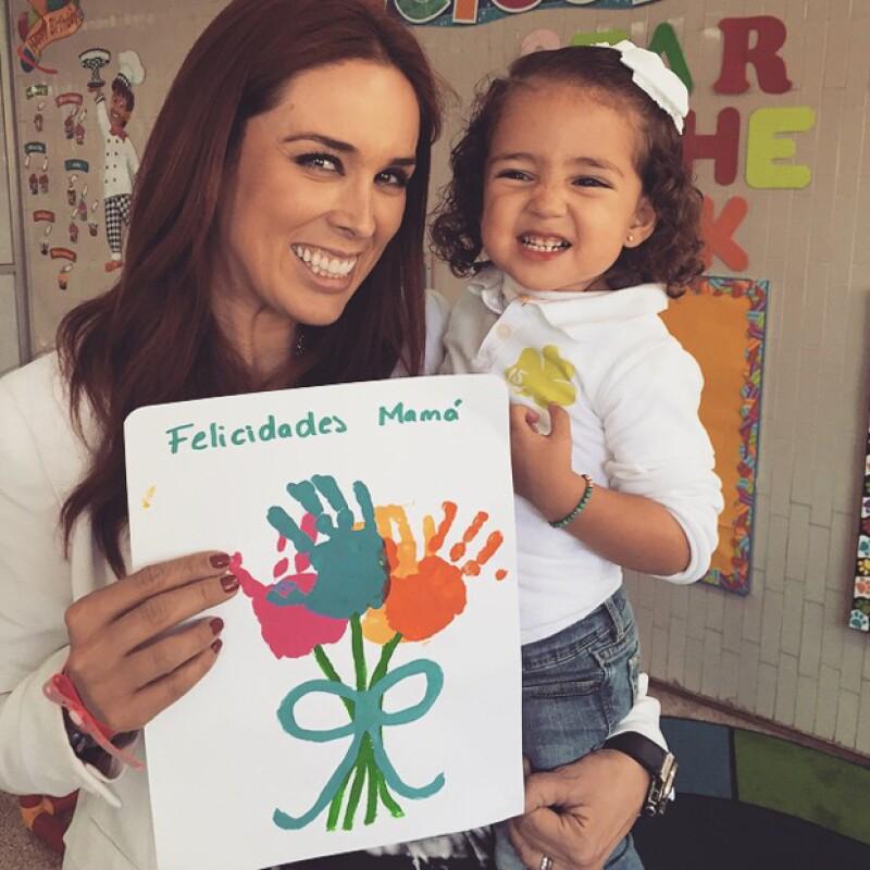 Este viernes la conductora acudió al festival del Día de las Madres del colegio de su hija, quien además de una tierna felicitación también regaló a mamá una graciosa sonrisa.