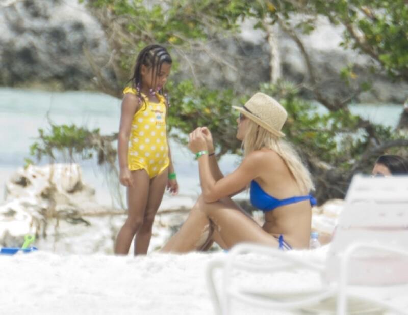 Elin Nordegren quien fuera esposa del golfista, disfrutó unos días de las playas de Bahamas acompañada de su familia y amigas; ahí mostró su silueta con un bikini azul.