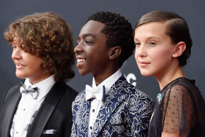 En su paso por la red carpet, los protagonistas de la serie de Netflix se convirtieron en lo más comentados de las redes sociales.