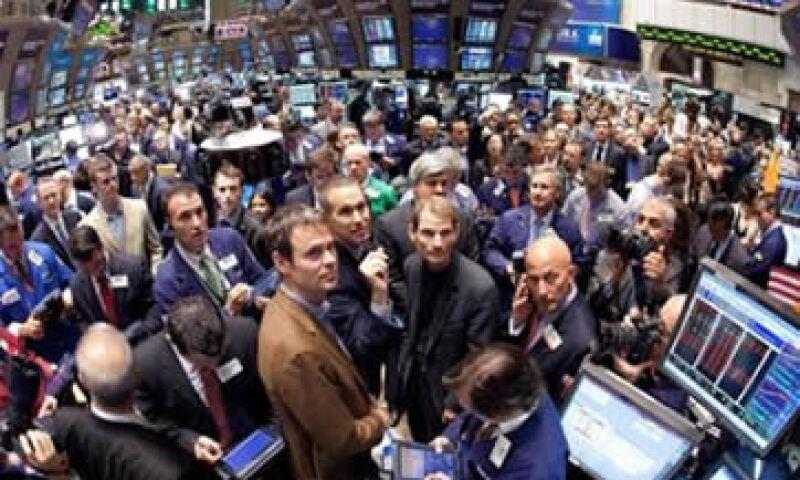 Los especialistas aseguran que los mercados de valores se ven afectados por los datos económicos de EU y la deuda griega. (Foto: Reuters)