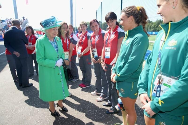 Acudió acompañada de su esposo, Felipe de Edimburgo y en su visita se acercó al campo a saludar a los atletas de los Juegos de la Commonwealth.