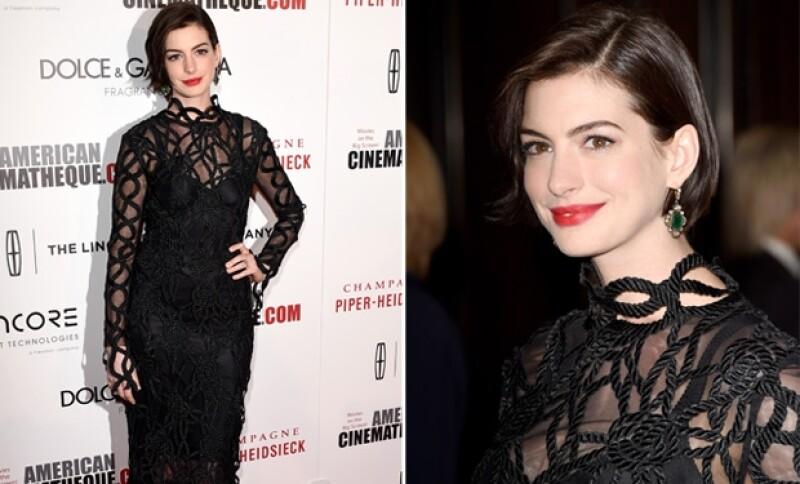 Anne Hathaway dejó ver que está dejando crecer su pelo. Lució muy guapa con estilo gótico en su atuendo.