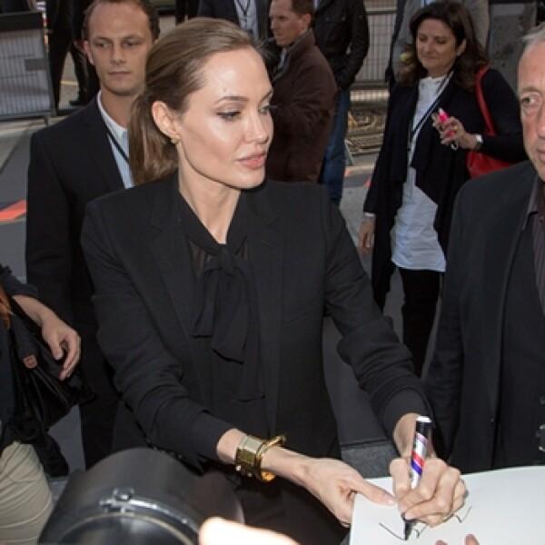 jolie da un autografo con la mano izquierda