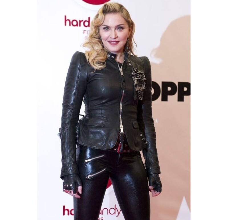 """La reina del pop causó furor por su visita a la capital alemana para hacer promoción a uno más de sus gimnasios """"Hard Candy"""". Lució rostro rejuvenecido y cuerpazo enfundado en piel negra."""