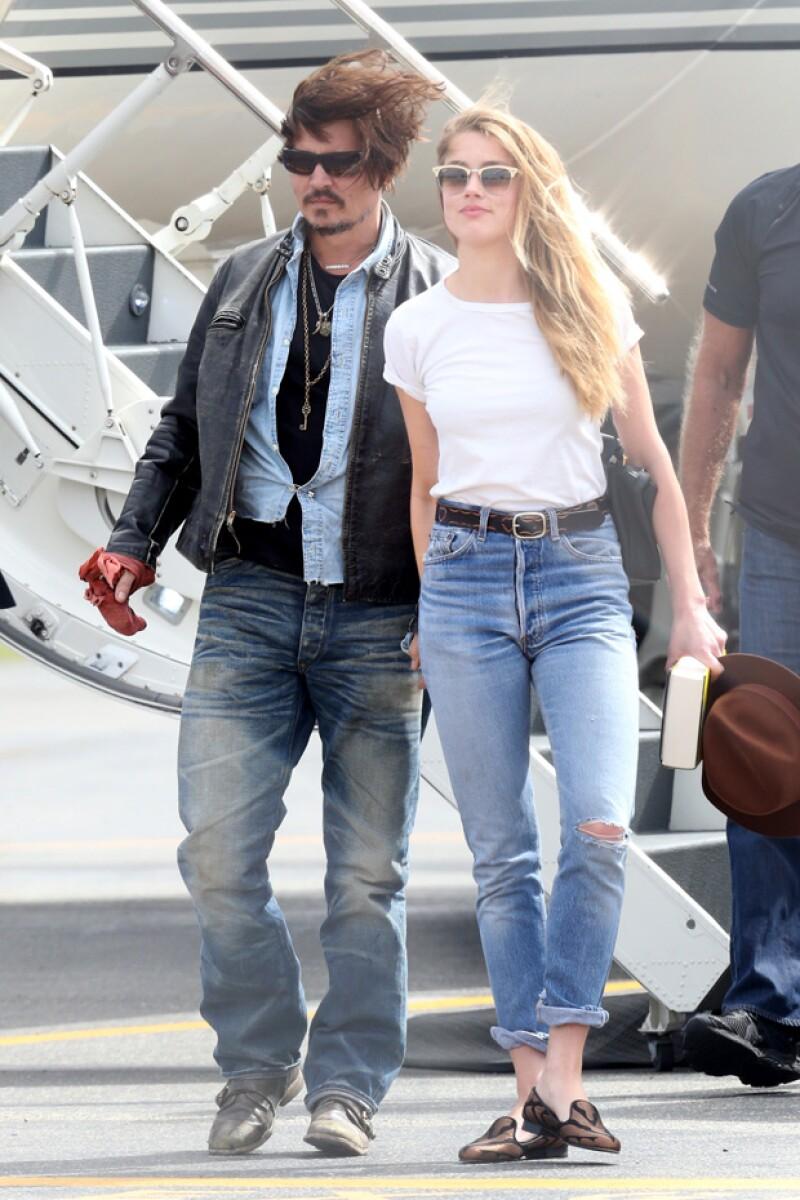 Johnny Depp y su esposa Amber Heard fueron captados bajando de su yet privado en Brisbane, Australia, sin sus perros.