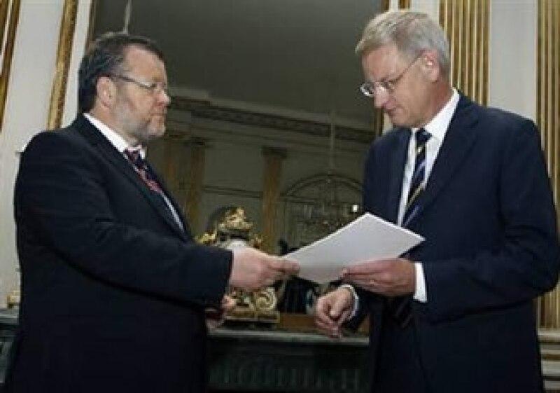 El canciller de Islandia, Ossur Skarphedinsson (izq.) entrega la solicitud de adhesión a la UE al canciller suizo, Carl Bildt. (Foto: Reuters)