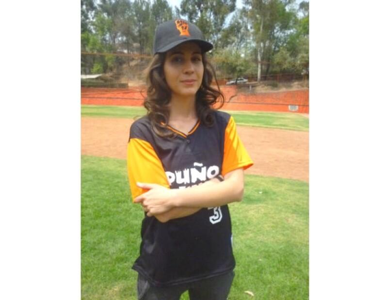 Acompañamos a la joven actriz a un partido de softbol entre actores y descubrimos su habilidad fuera de los escenarios.
