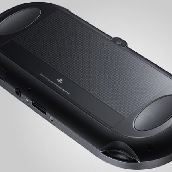 Tiene una pantalla de cinco pulgadas tipo OLED y una panel posterior sensible al tacto, una de las principales novedades físicas respecto a su versión anterior.