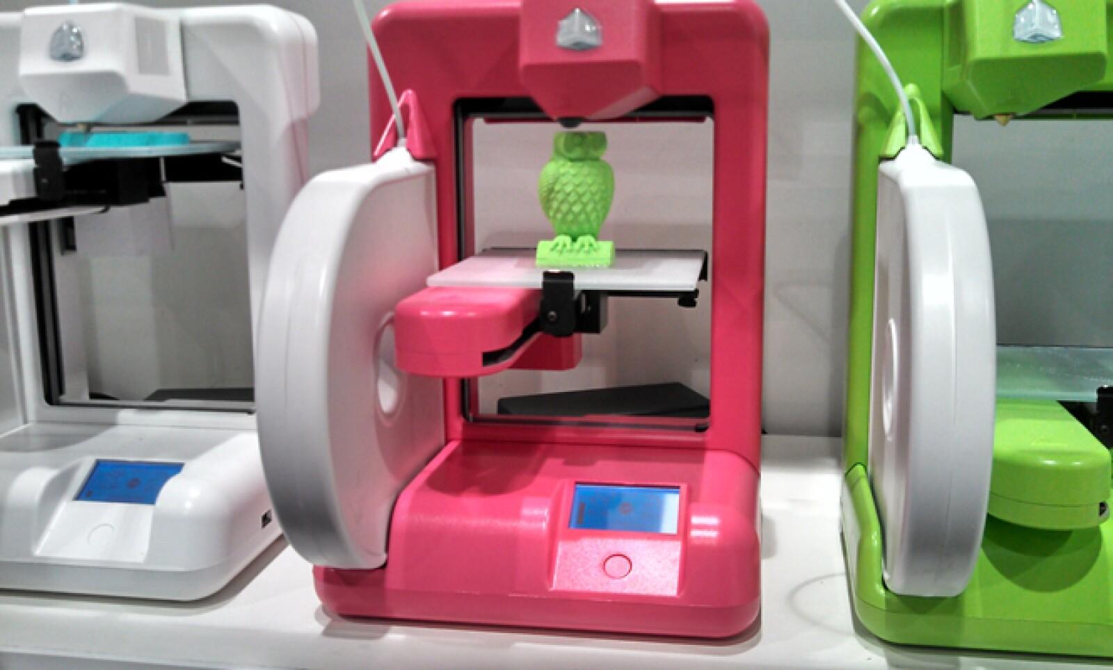 Una de las tendencias del CES 2013 es la impresión en tercera dimensión. En la foto vemos uno de estos equipos fabricando un búho de plástico reciclado.
