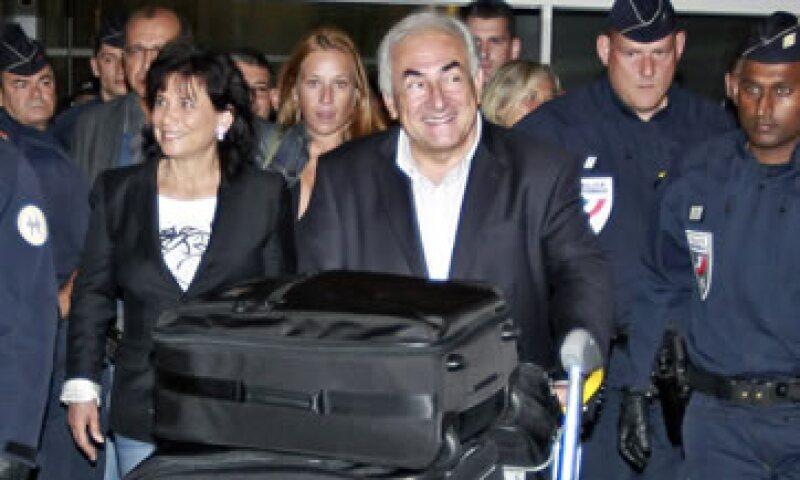 Dominique Strauss-Kahn y su esposa Anne Sinclair llegaron a París procedentes del aeropuerto JFK de la ciudad de Nueva York. (Foto: AP)