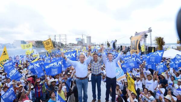 El expresidente Felipe Calderón (izq) estuvo con el abanderado del PAN-PRD, Miguel Ángel Yunes Linares (centro) para darle su respaldo en la recta final de la contienda.