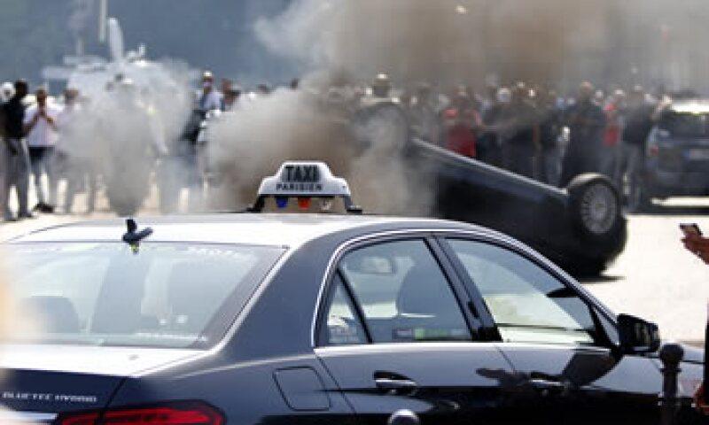 La huelga de taxistas Francia provocó bloqueos en las carreteras de acceso a las principales ciudades. (Foto: Reuters )