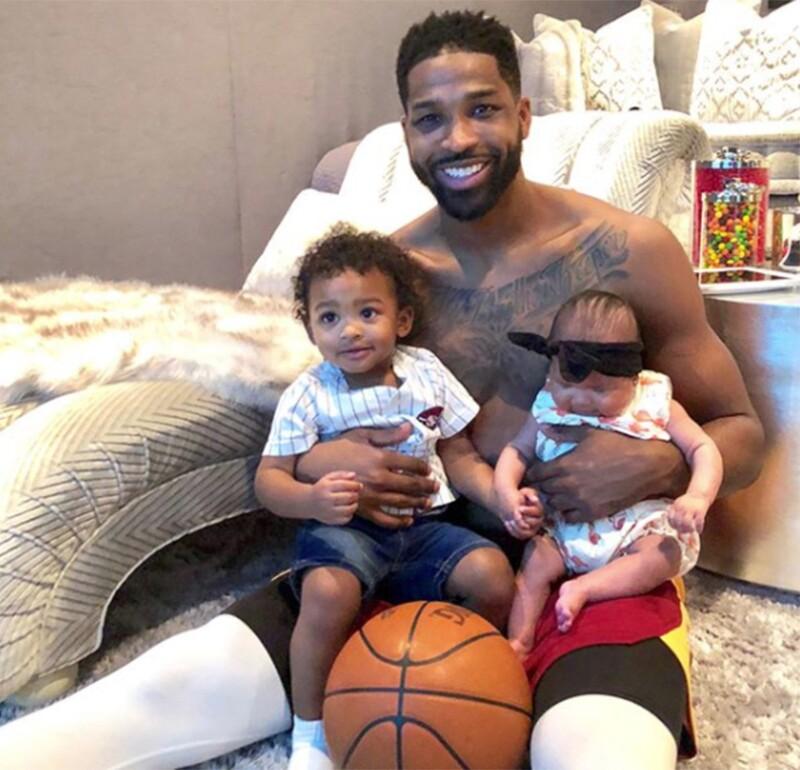 Tristan Thompson con sus dos hijos