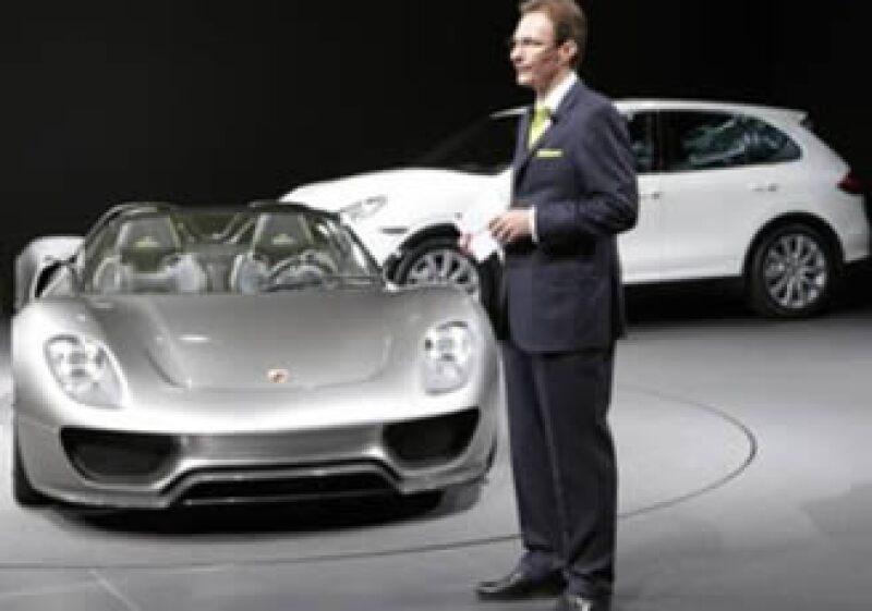 En la imagen Michael Macht, CEO de Porsche, junto a los modelos Porsche 918 Spyder y Porsche Cayman (atrás) (Foto: Reuters)