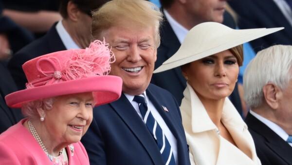 El presidente entregó llevó regalos para la reina y su esposo.