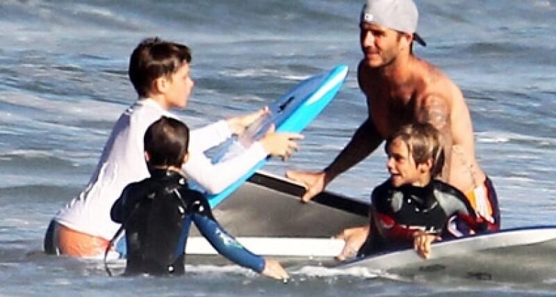 David y sus hijos surfearon mientras eran cuidados por un guardaespaldas armado.