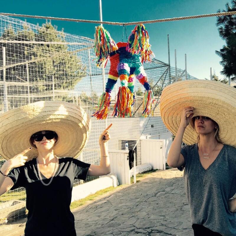 Kalye y su hermana celebrando un cumpleaños muy mexicano.