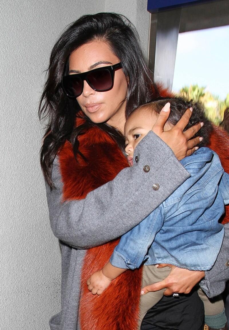 Kim Kardashian y su hija fueron captadas a su llegada al aeropuerto de Los Ángeles, donde ya las esperaban decenas de fotógrafos.