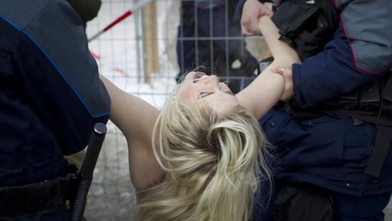 Las activistas fueron trasladadas a un cuartel policiaco y sus papeles fueron revisados.