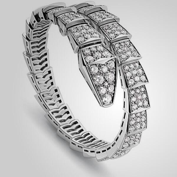 Bvlgari tiene esta pieza con diamantes, en forma de serpiente, para ajustarse a tu muñeca.