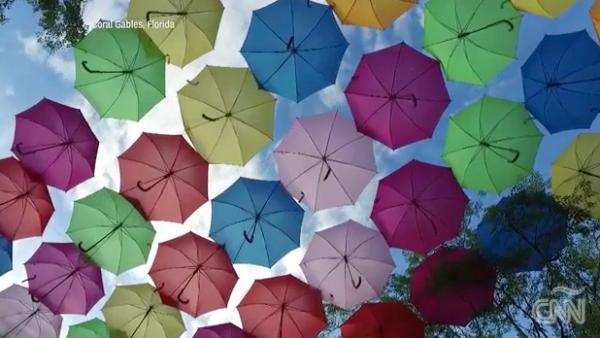 Un techo de sombrillas de colores gravita en el cielo de muchas ciudades