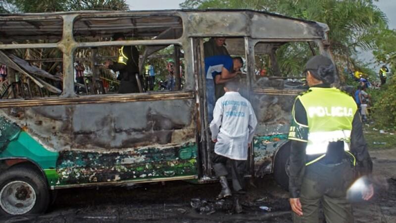 Autoridades inspecciona el autobús en el que fallecieron más de 30 personas, la mayoría menores de edad, en Colombia