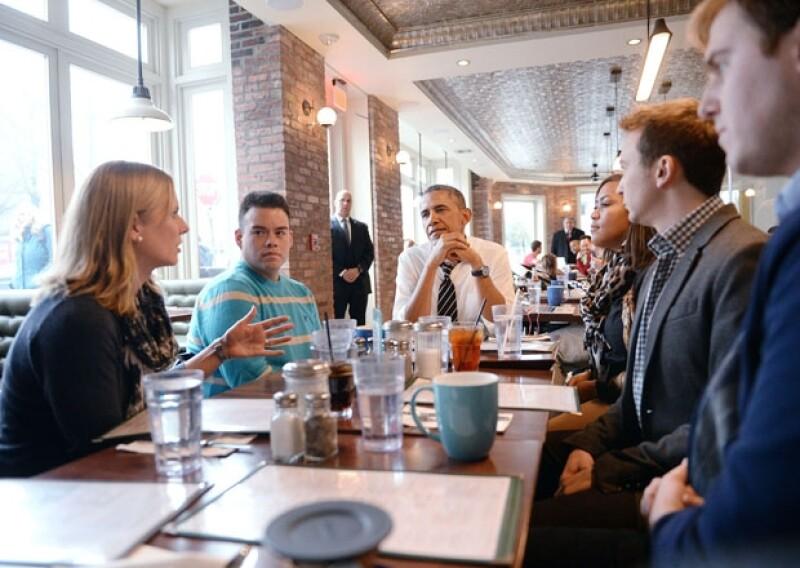 El presidente de Estados Unidos fue captado al interior de un modesto restaurante al norte de Washington. Sostuvo una reunión con jóvenes interesados en la problemática local.