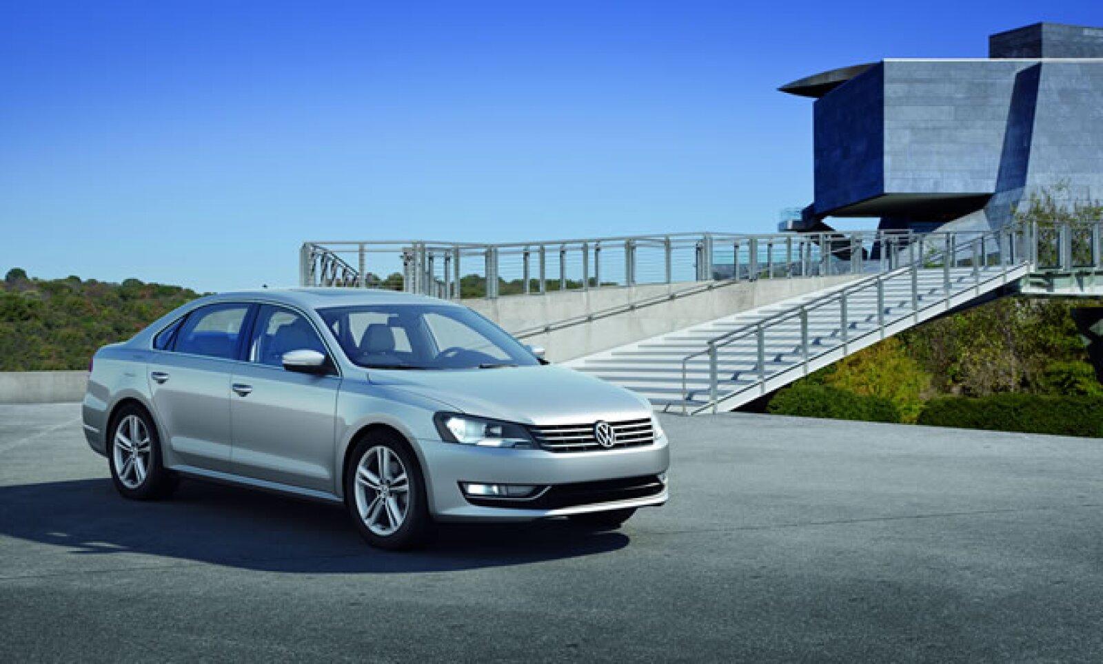 La marca Volkswagen presentó en México el Passat modelo 2012, cuyo distintivo son las líneas marcadas por el jefe de diseño de Grupo Volkswagen, Walter de Silva y su homólogo alemán, Klaus Bischoff.