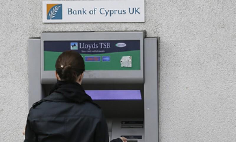 Los depositantes pequeños deben ser más protegidos que los tenedores de bonos, dice Sheila Bair.  (Foto: AP)