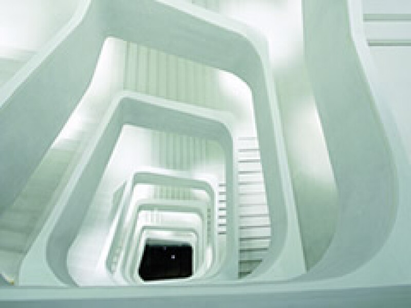 Escalera principal: una cáscara de manzana en concreto blanco. (Foto: Caixa Forum)