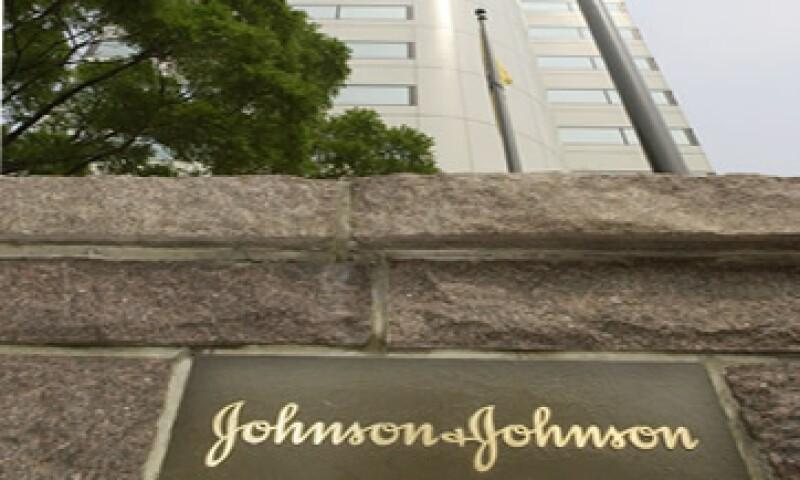 La CE aseguró que Johnson & Johnson restringió la competencia al ofrecer dinero a un competidor. (Foto: AP)