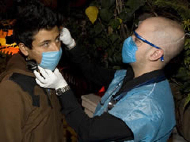 En México el personal de salud revisa a los comensales de bares y restaurantes. (Foto: Reuters)