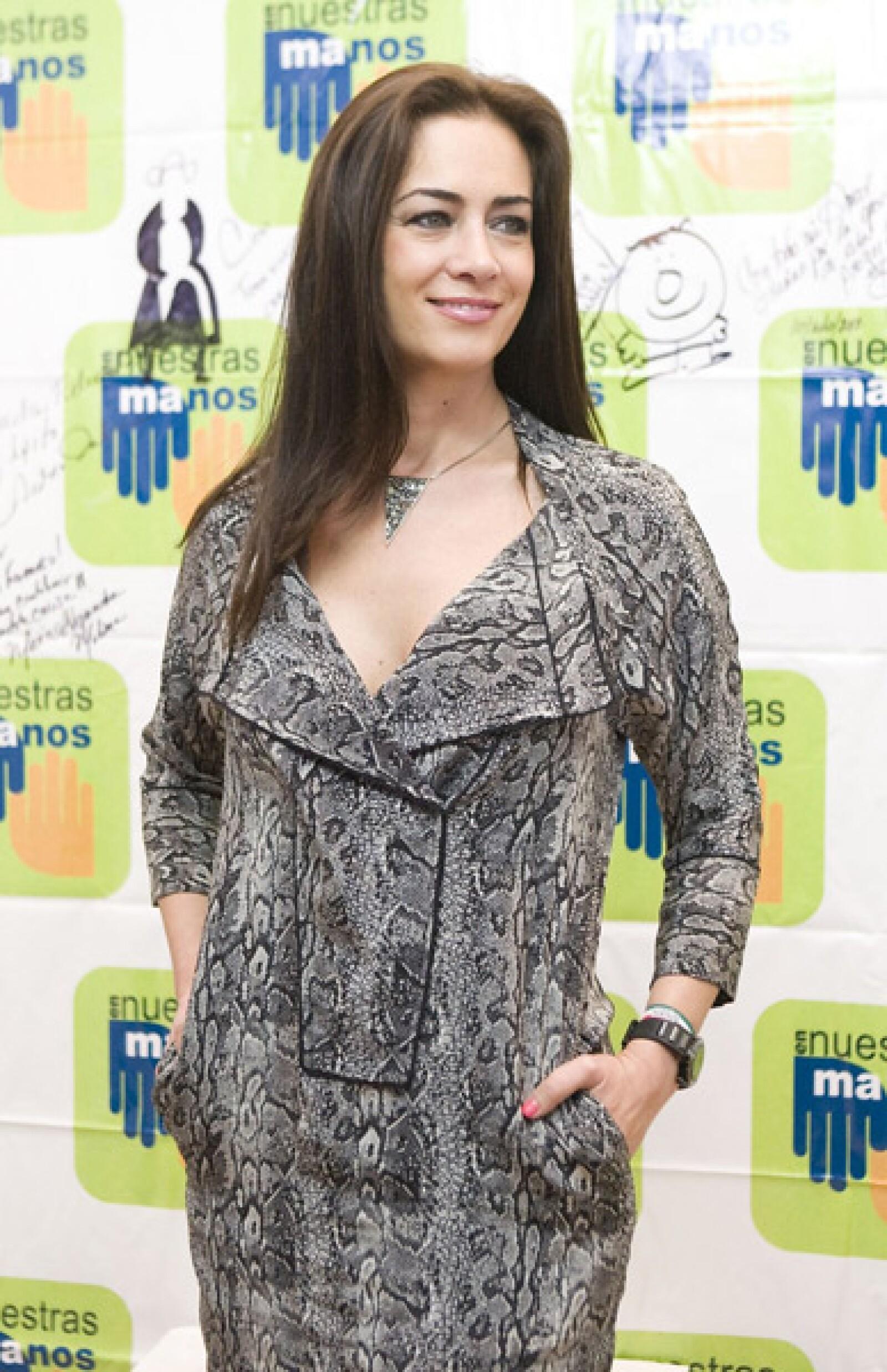 La actriz Anette Michel se le vio muy guapa en la grabación del video que reunió a artistas de las dos más importantes televisoras de México.
