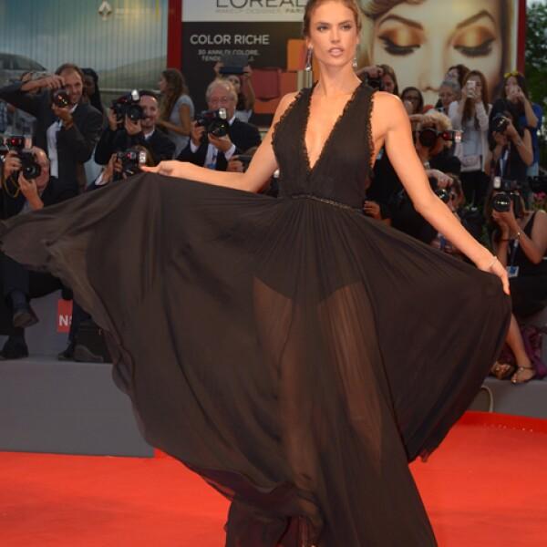 Como siempre, Alessandra Ambrosio causó sensación con la premiere de `Spotlight´con un vestido de Philosophy di Lorenzo Seragini, de la colección fall 2015. Complementó el look con joyas de Chopard.