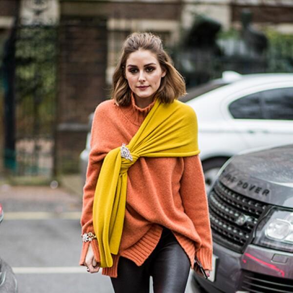 Lleva el cómodo suéter de tortuga con un rebozo anudado encima como lo hizo Olivia Palermo