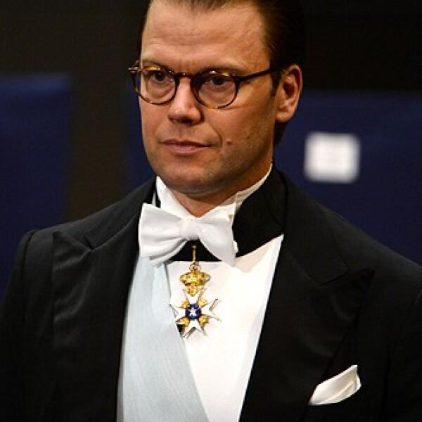 Los lentes son parte de el look de el esposo de la princesa Victoria.