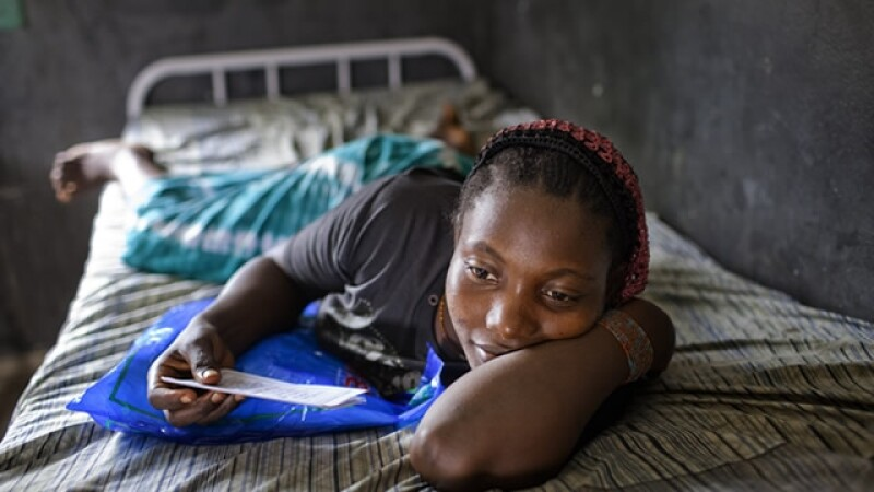 mujer Africa malaria hospital