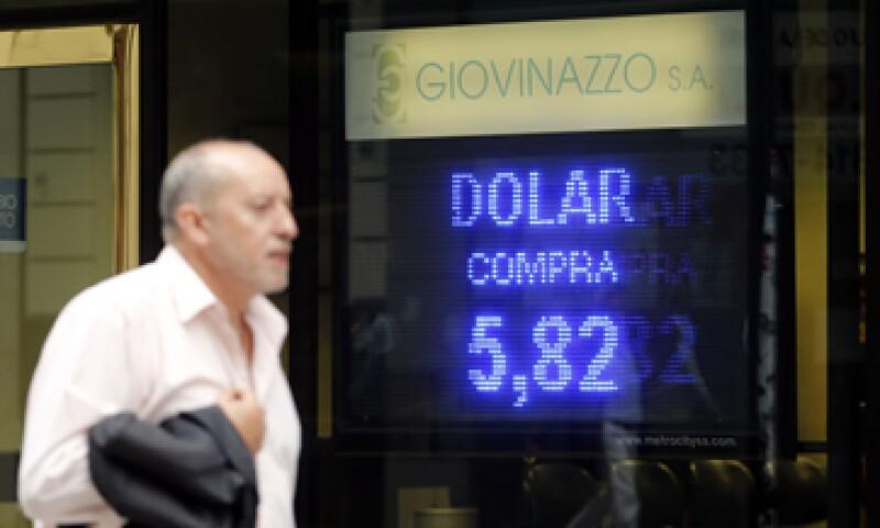 La calificadora advierte que es poco claro qué medidas usará el Gobierno para combatir la huida de cpaitales, controlar la inflación y restaurar la confianza de los inversores. . (Foto: Reuters)