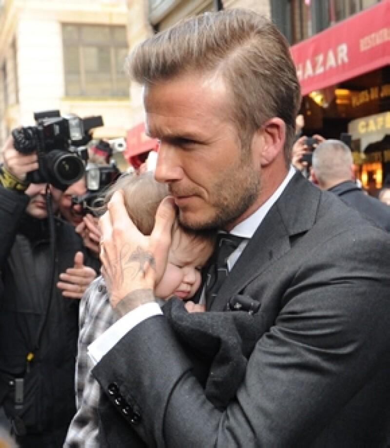 Harper con su papá protector David Beckham en febrero pasado.