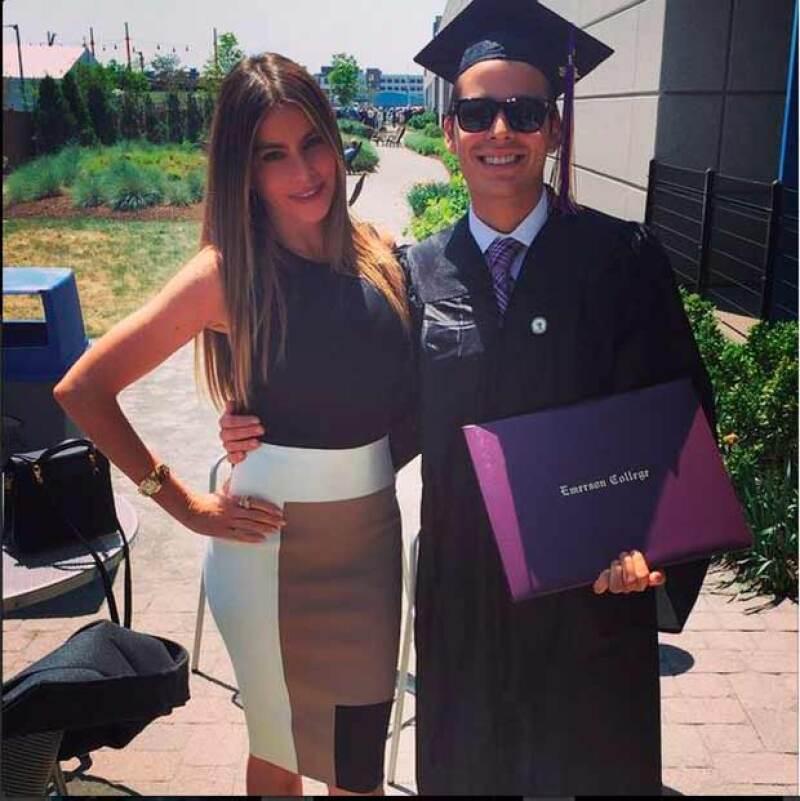 Mamá orgullosa: la actriz publicó esta imagen junto a Manolo quien se graduó en Producción de cine.