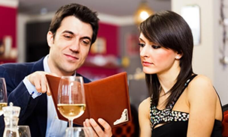 Es recomendable que las mujeres se ofrezcan a pagar algo en la tercera cita. (Foto: Shutterstock )
