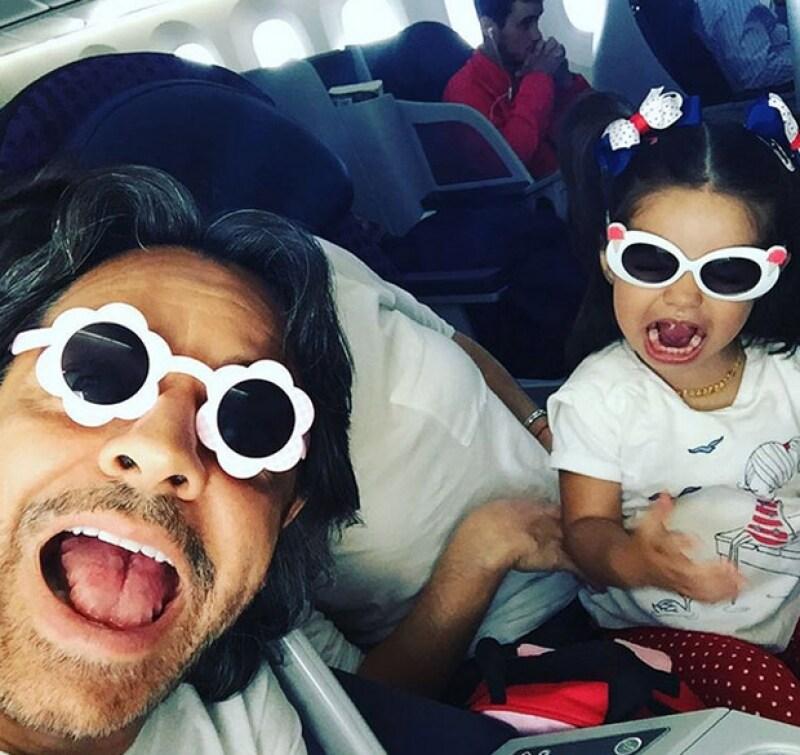 El comediante y su pequeña hija aprovechan hasta los momentos en el avión para divertirse juntos y pasar un buen rato.
