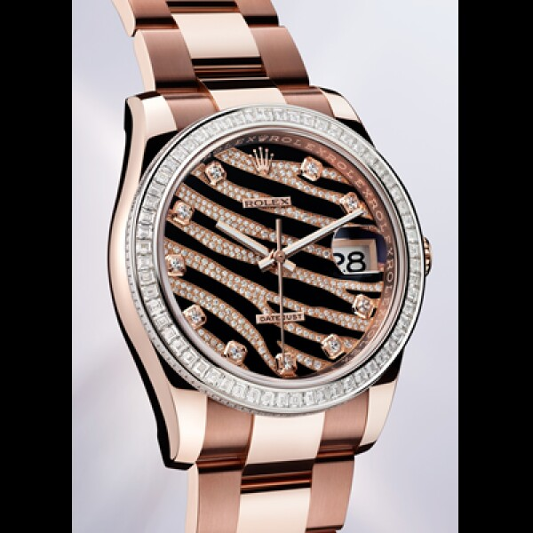 Su caja Oyster Perpetual se reinventa en Everose, el oro rosa creado por Rolex, destacan sus 60 diamantes corte baguette en homenaje a los segundos y 120 diamantes que decoran el límite de su carátula.
