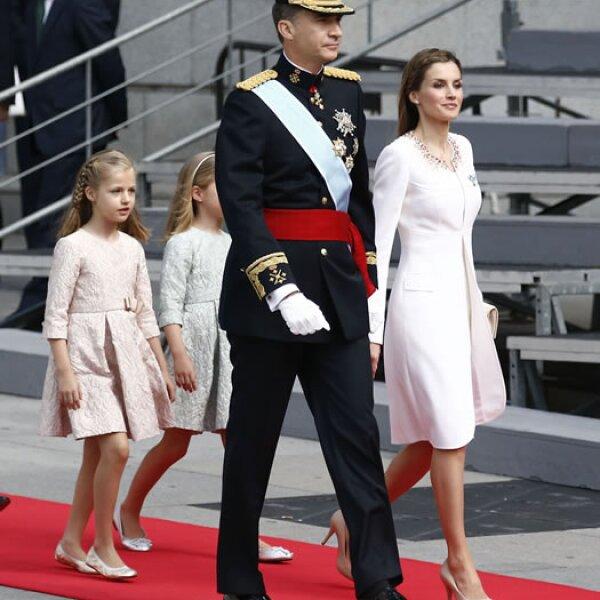 La familia real se dirige al Congreso de los Diputados.