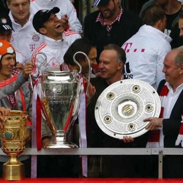 El Bayern celebra su triplete en casa