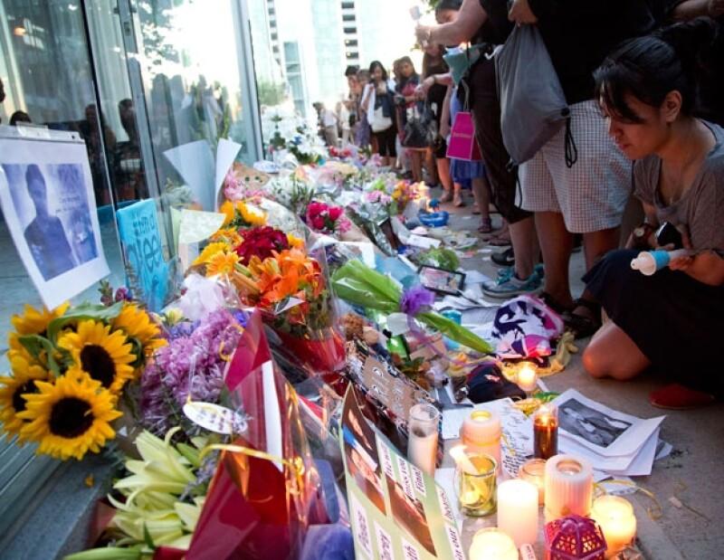 Los seguidores del actor pusieron flores, fotografías y veladoras a las afueras del hotel donde falleció el actor.