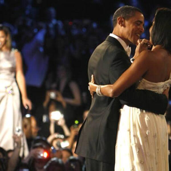 El nuevo presidente de Estados Unidos, Barack Obama, y su esposa Michelle fueron los encargados de abrir la pista, a ritmo de Beyonce, en una de las primeras celebraciones nocturnas por asunción.