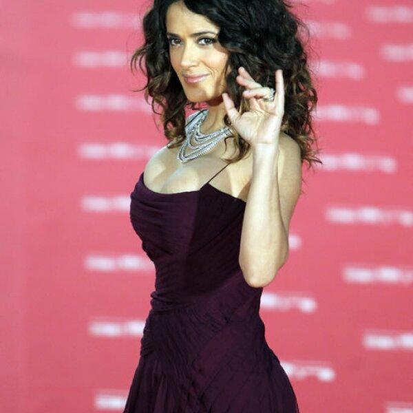 Salma lució espectacular en un vestido Gucci durante los Premios Goya.