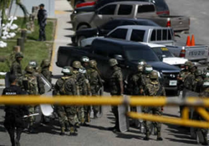 El ejército resguarda las instalaciones del aeropuerto de Honduras. (Foto: Reuters.)