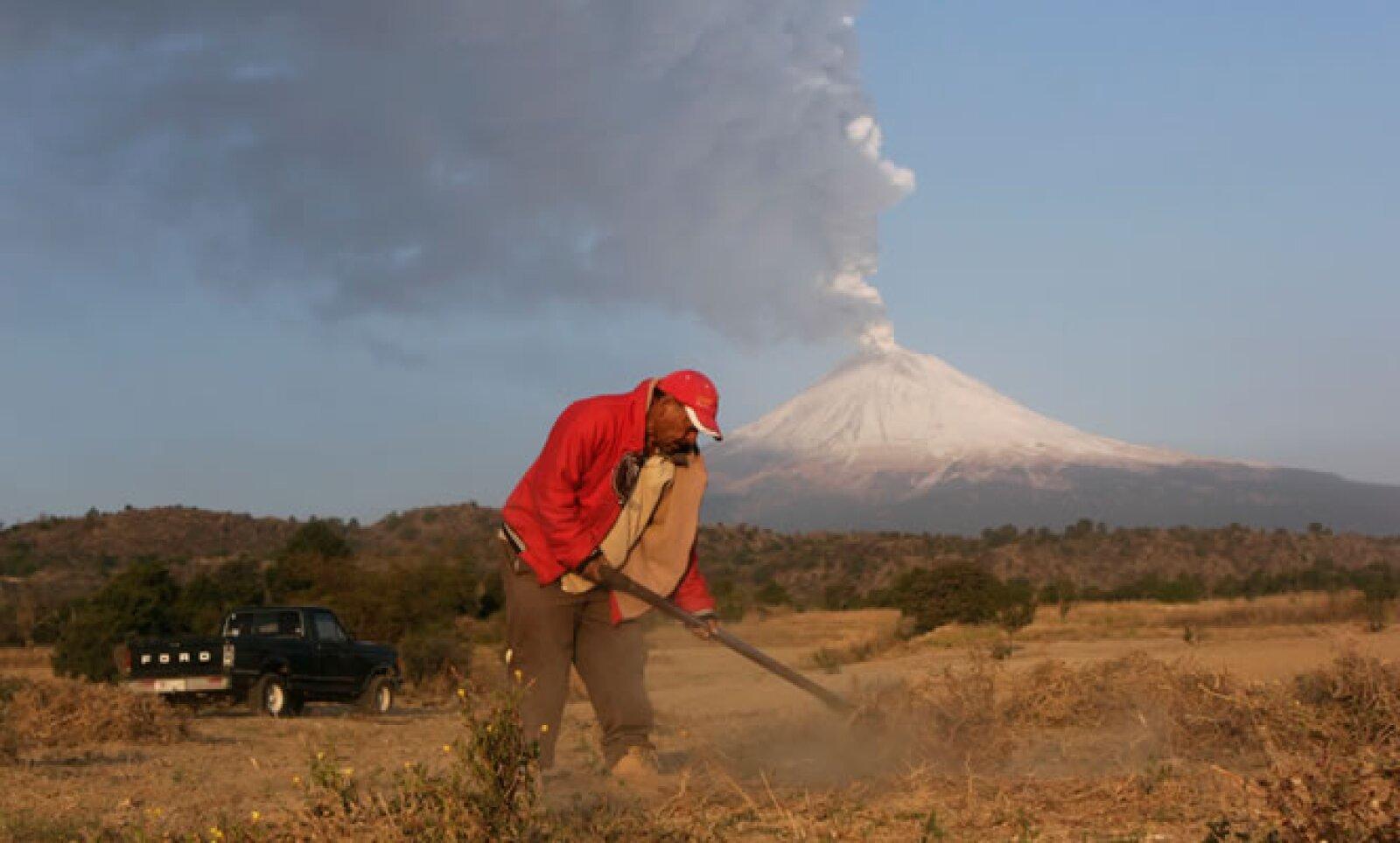 Residentes de San Nicolas de los Ranchos, Puebla, cercanos al volcán, realizan sus actividades de forma normal aunque se mantienen pendientes por si ocurre un desalojo.
